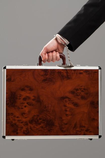 Etui przymocowane do dłoni z kajdankami Darmowe Zdjęcia