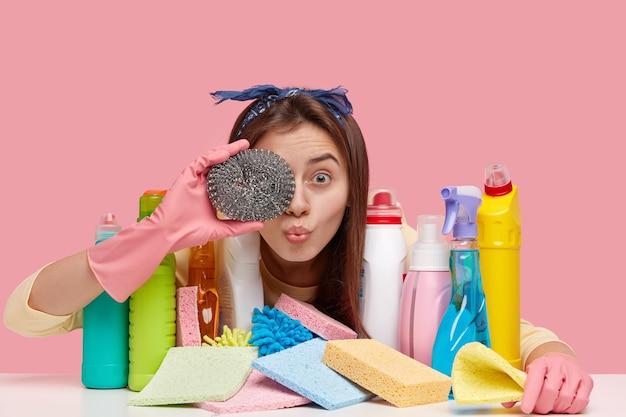 Europejka Zakrywa Oczy Gąbką, Nosi Opaskę, Rękawiczki Ochronne, Dba O Higienę I Higienę, Używa Chemicznych Detergentów Do Mycia Naczyń Darmowe Zdjęcia
