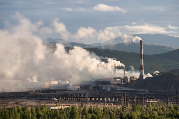 Fabryka Chemiczna Z Kominem Premium Zdjęcia