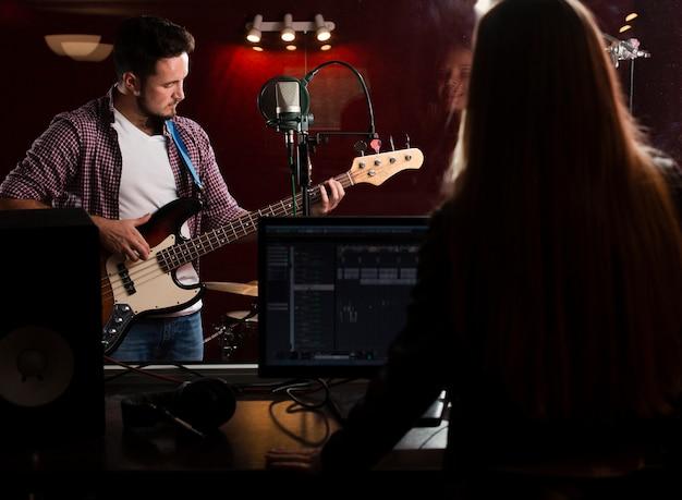 Facet Gra Na Gitarze I Kobieta Nagrywa Zza Widoku Darmowe Zdjęcia
