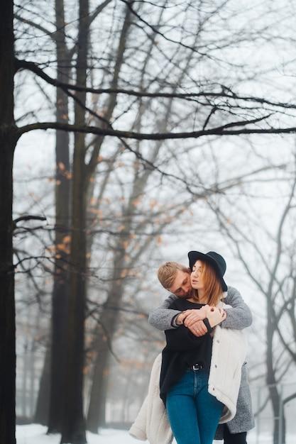 Facet I Dziewczyna Odpoczywają W Zimowym Lesie. Darmowe Zdjęcia