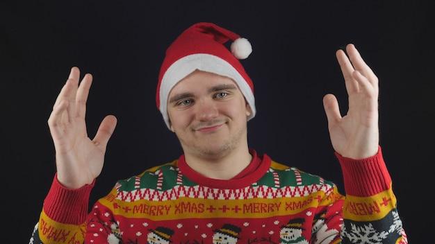 Facet Pokazuje Coś Wielkiego W Swetrze Noworocznym Premium Zdjęcia