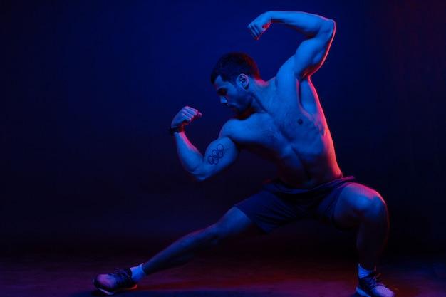 Facet Pozuje I Pokazuje Mięśnie Darmowe Zdjęcia