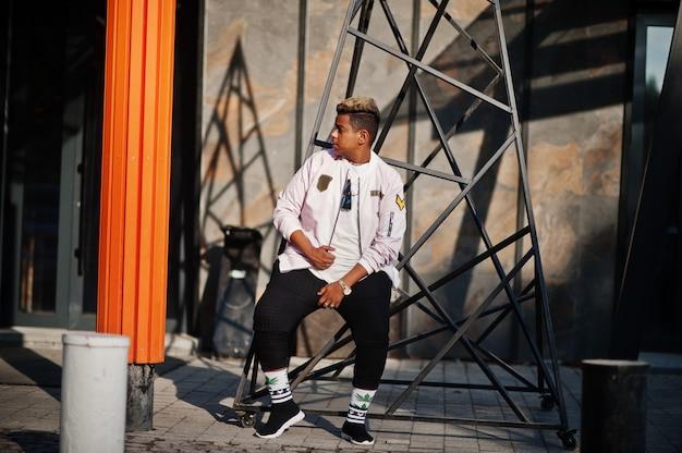 Facet Stylowy Hipster Arabski Mężczyzna Pozowanie Odkryty Na Ulicy. Stylowa Piosenkarka Rap. Premium Zdjęcia