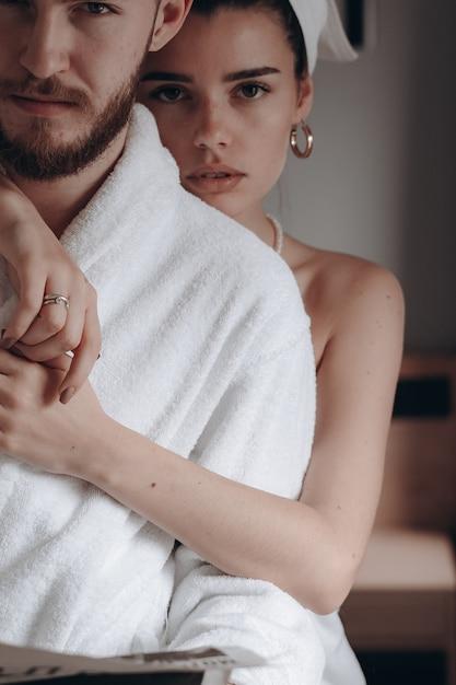 Facet W Białym Płaszczu I Kobieta W Ręczniku Darmowe Zdjęcia