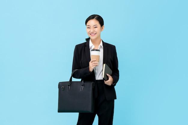 Fachowy Azjatycki Bizneswoman W Formalnym Kostiumu Premium Zdjęcia