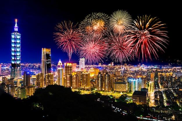 Fajerwerki nad taipei pejzażem miejskim przy nocą, tajwan Premium Zdjęcia