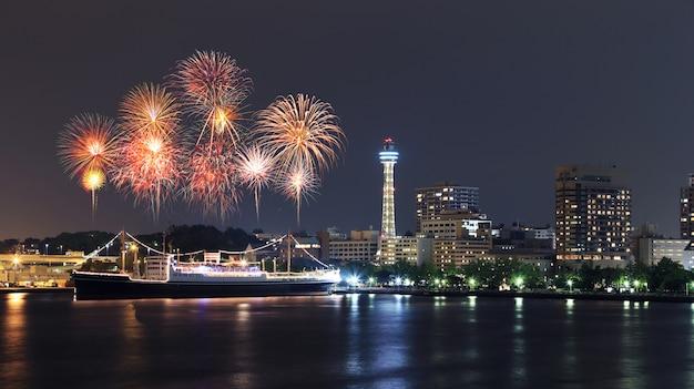 Fajerwerki świętuje Nad Marina Zatoką W Yokohama Mieście Premium Zdjęcia