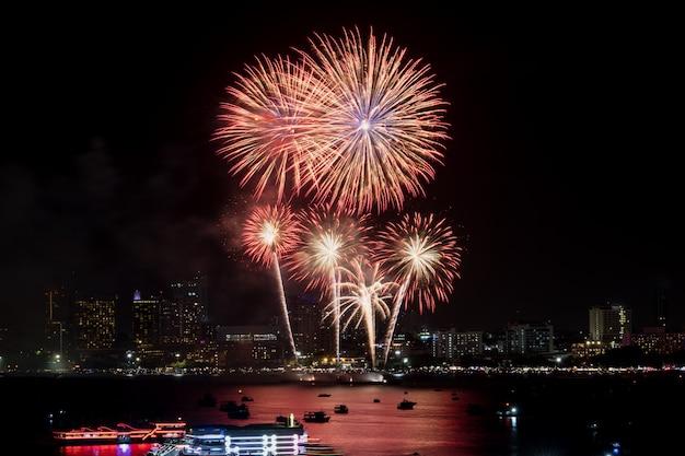 Fajerwerki Zbadane Nad Gród Nocą W Porcie Morskim Premium Zdjęcia