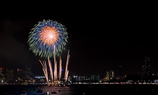 Fajerwerki Zbadane Nad Panoramę Miasta W Nocy W Porcie Morskim W Pattaya. Premium Zdjęcia