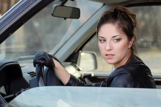 Fajna dziewczyna w samochodzie Darmowe Zdjęcia