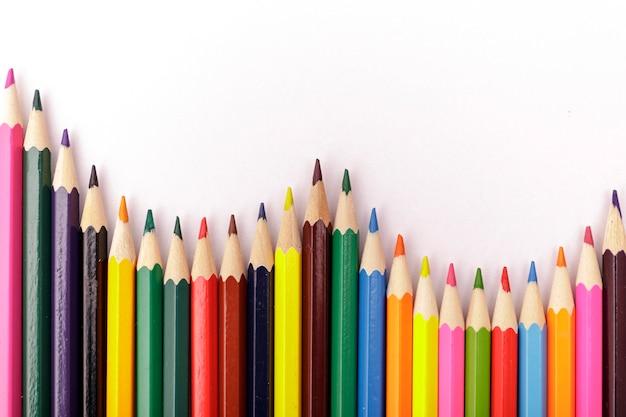 Fala kolorowych ołówków. kolorów ołówki na białym tle. Premium Zdjęcia