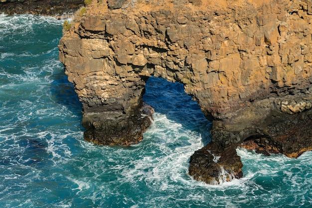 Fala łamająca Się Na Skałach W Morzu, Skała Groty. Formacje Skaliste Wybrzeża Oceanicznego. Teneryfa, Hiszpania Darmowe Zdjęcia