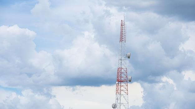 Fala Maszt Transmisji Duży Sygnał Telefonu Z Jasnym Błękitnym Niebem. Premium Zdjęcia