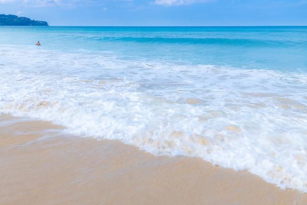 Fala Morska Rozlewa Białą Pianę Na Plaży Premium Zdjęcia