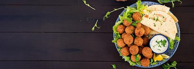 Falafel, Hummus I Pita. Potrawy Z Bliskiego Wschodu Lub Arabskie. Jedzenie Halal. Widok Z Góry. Transparent Darmowe Zdjęcia