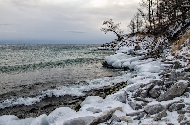 Fale I Plusk Na Jeziorze Bajkał Ze Skałami I Drzewami W Zatoce Uzuri Premium Zdjęcia