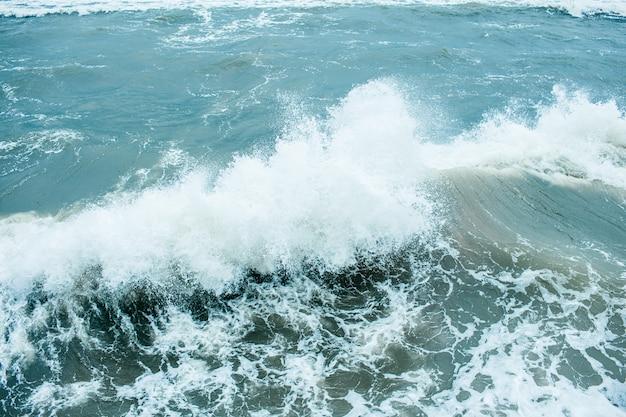 Fale łamią Się I Rozpylają Na Pełnym Morzu I Przy Silnych Wiatrach. Szaleje Nad Morzem W Jesień Chmurnym Deszczowym Dniu. Premium Zdjęcia