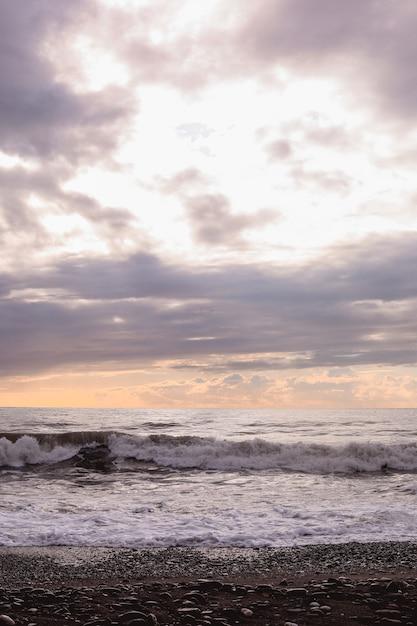 Fale Morza Czarnego I Zachmurzone Niebo Premium Zdjęcia