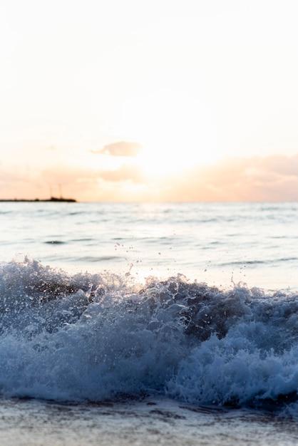 Fale Oceanu O Zachodzie Słońca Darmowe Zdjęcia
