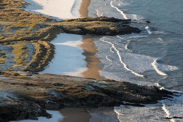 Fale Oceanu Rozbijające Się O Skaliste Wybrzeże Darmowe Zdjęcia