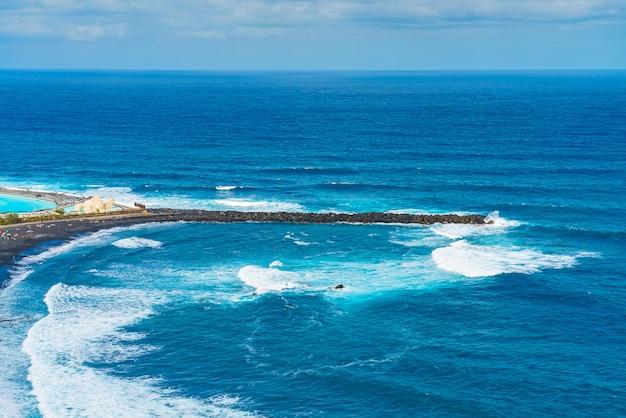 Falochron Plaży Z Czarnym Piaskiem. Playa De Martianez, Puerto De La Cruz, Teneryfa, Hiszpania Darmowe Zdjęcia