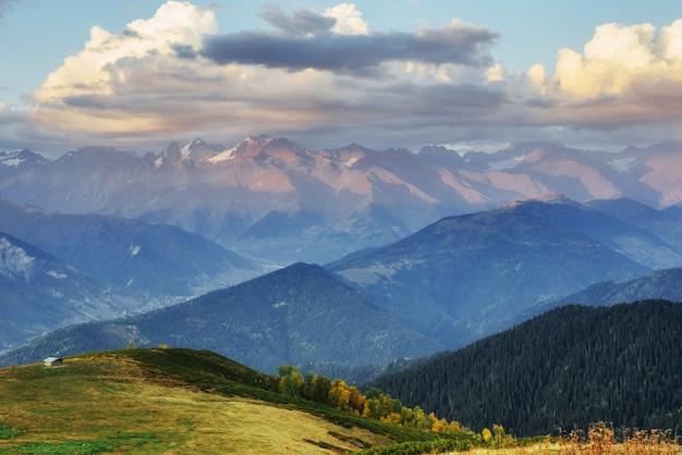 Fantastyczne Ośnieżone Góry Premium Zdjęcia