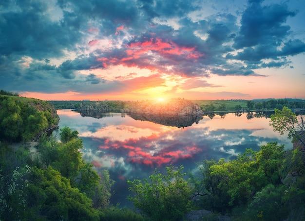 Fantastyczny Letni Krajobraz Z Jeziorem Premium Zdjęcia
