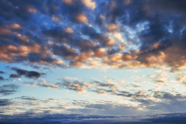 Fantastyczny Zachód Słońca W Górach Chmury Cumulus Darmowe Zdjęcia