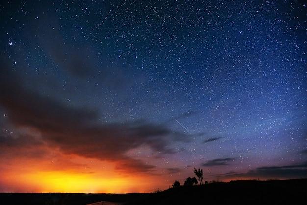 Fantastyczny Zimowy Deszcz Meteorów I Ośnieżone Góry Premium Zdjęcia