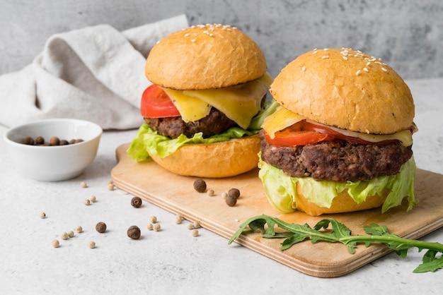 Fantazyjne danie pyszne hamburgery i przyprawy Darmowe Zdjęcia