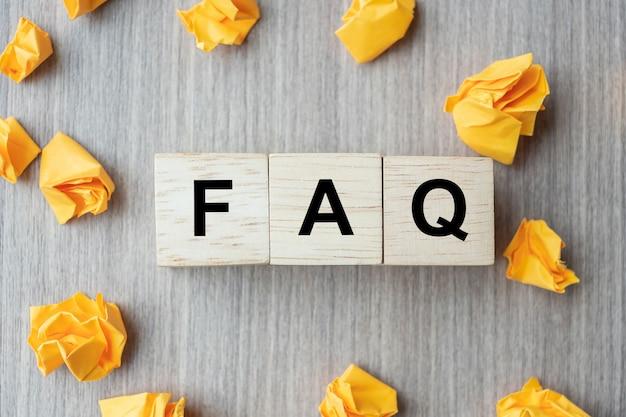 Faq (najczęściej zadawane pytania) słowo z drewnianą kostką Premium Zdjęcia