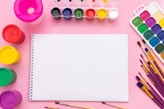 Farby Akwarelowe, Gwasz, Pędzle I Paleta Do Rysowania Na Różowym Tle. Skopiuj Miejsce. Premium Zdjęcia
