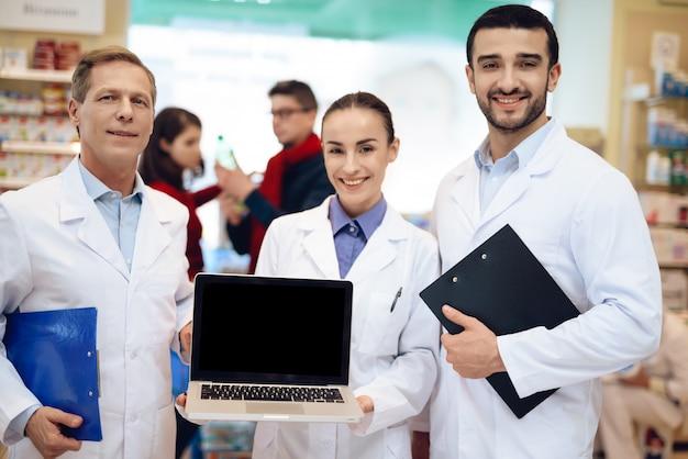 Farmaceuci Pozują Przed Kamerą. Premium Zdjęcia