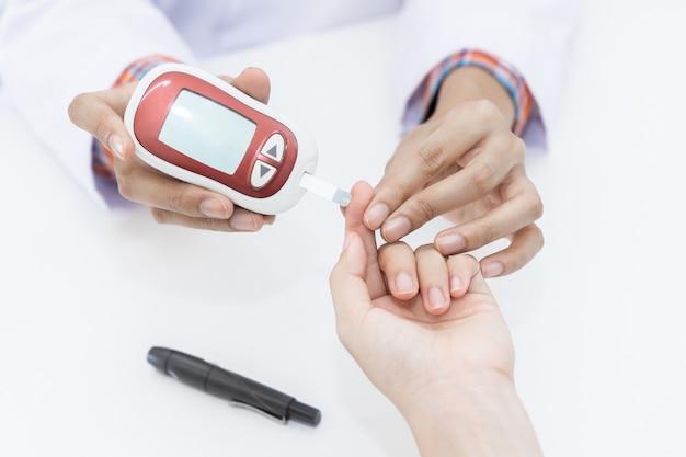 Farmaceuta W Aptece Określa Poziom Glukozy We Krwi W Celu Oznaczenia Insuliny U Pacjenta Premium Zdjęcia