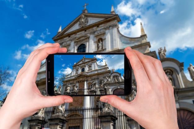 Fasada Barokowego Kościoła św. Piotra I Pawła W Krakowie. Polska. Turysta Robi Zdjęcie Premium Zdjęcia