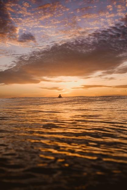 Fascynujący Widok Na Kolorowy świt Nad Spokojnym Oceanem Na Wyspach Mentawai W Indonezji Darmowe Zdjęcia