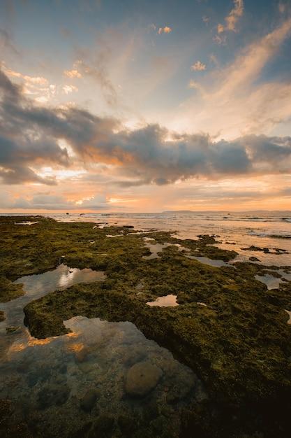Fascynujący Widok Na Morze W Pobliżu Brzegu Podczas Zachodu Słońca W Indonezji Darmowe Zdjęcia