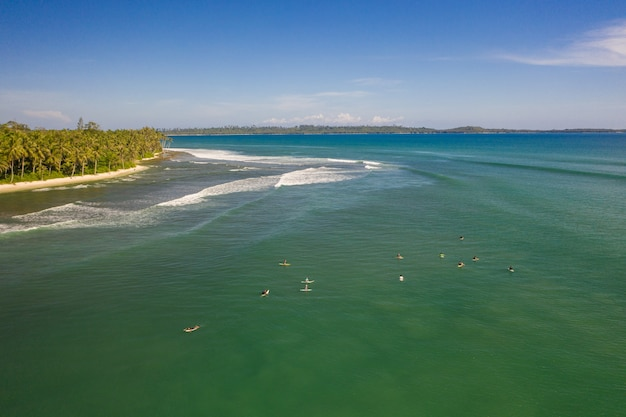 Fascynujący Widok Na Plażę Z Białym Piaskiem I Turkusową Czystą Wodą W Indonezji Darmowe Zdjęcia