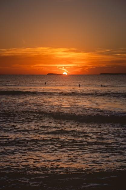 Fascynujący Widok Na Spokojny Ocean Podczas Zachodu Słońca Na Wyspach Mentawai W Indonezji Darmowe Zdjęcia