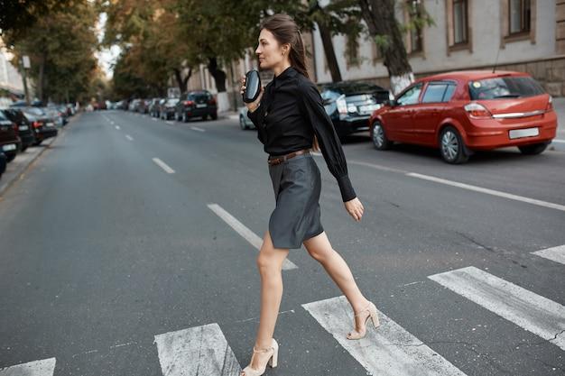 Fasonuj ładną Kobietę Idącą Ulicami Starego Miasta Darmowe Zdjęcia