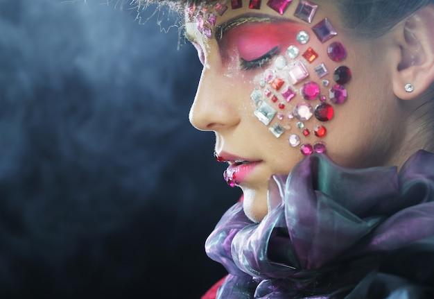 Fasonuje portret piękny model z kreatywnie makijażem Premium Zdjęcia