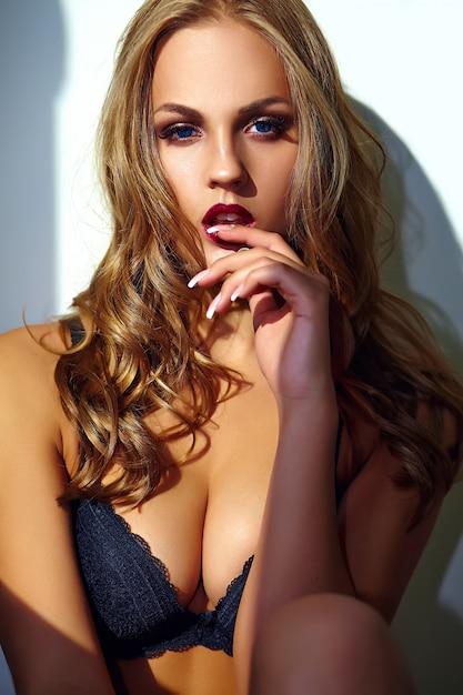 Fasonuje Portret Piękny Seksowny Młody Dorosły Blond Kobieta Model Jest Ubranym Czarną Erotyczną Bieliznę Pozuje Blisko Szarości ściany Darmowe Zdjęcia