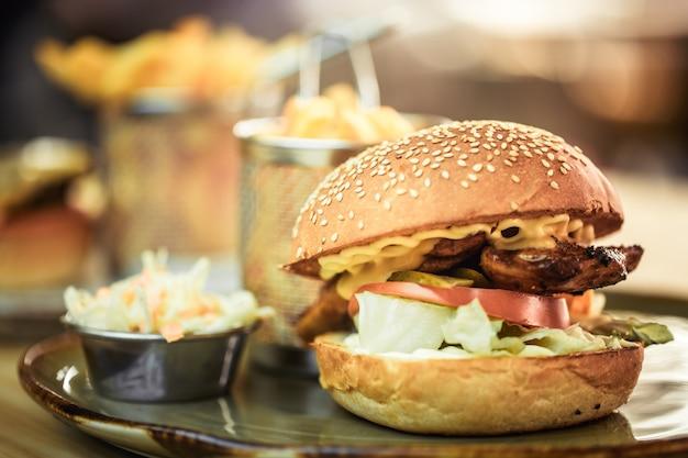 Fast Food, Frytki Z Kanapką W Kawiarni Premium Zdjęcia