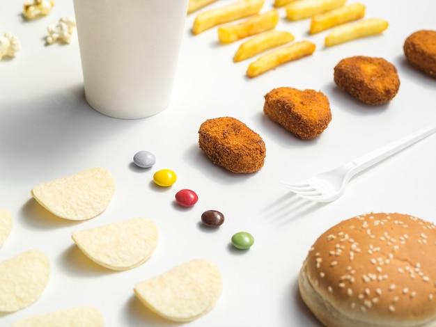 Fast Food I Słodycze Na Białym Stole Darmowe Zdjęcia