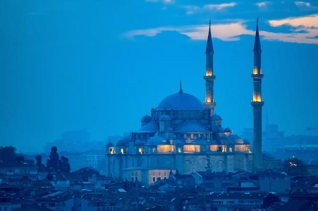 Fatih Camii Lub Conqueror's Mosque W Stambule W Turcji. Premium Zdjęcia
