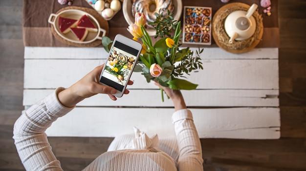 Ferie Wielkanocne. Zdjęcie Z Telefonu, Pięknie Zachowany Stół, Na Uroczysty Wielkanocny Obiad Lub śniadanie. Darmowe Zdjęcia