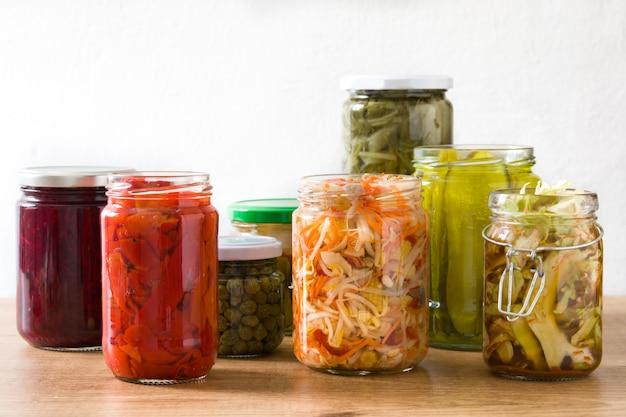 Fermentować Konserwował Warzywa W Słoju Na Drewnianym Stole. Premium Zdjęcia