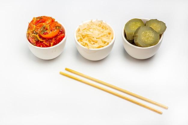 Fermentowane Warzywa, Kapusta Kiszona, Słone Konserwowanie Pikle Ogórek I Pomidory Na Białym Tle. Zdrowe Odżywianie. Organiczne Wegetariańskie Jedzenie Premium Zdjęcia