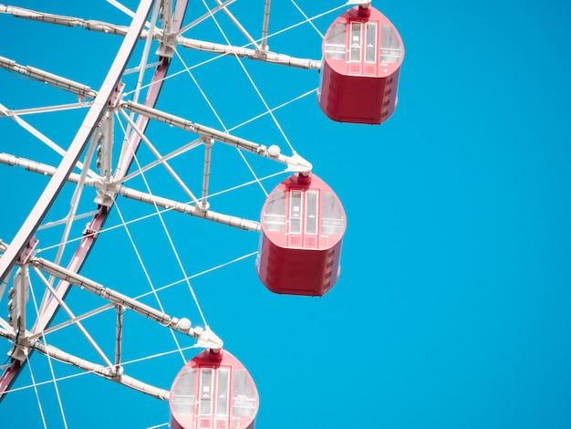 Ferris Koło Na Niebieskim Niebie Premium Zdjęcia
